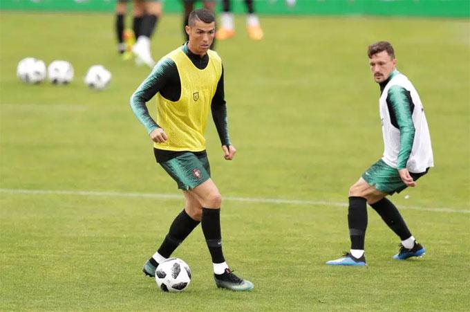HIện tại, C. Ronaldo đang lĩnh lương tuần là 350.000 bảng. Anh khó hiểu về việc bản thân nhận lương thấp hơn Neymar 619.000 bảng và Messi 673.000 bảng mỗi tuần.