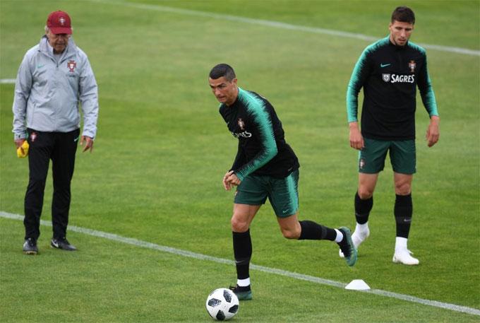 C. Ronaldo hăng hái trong buổi tập đầu tiên cùng đội tuyển.