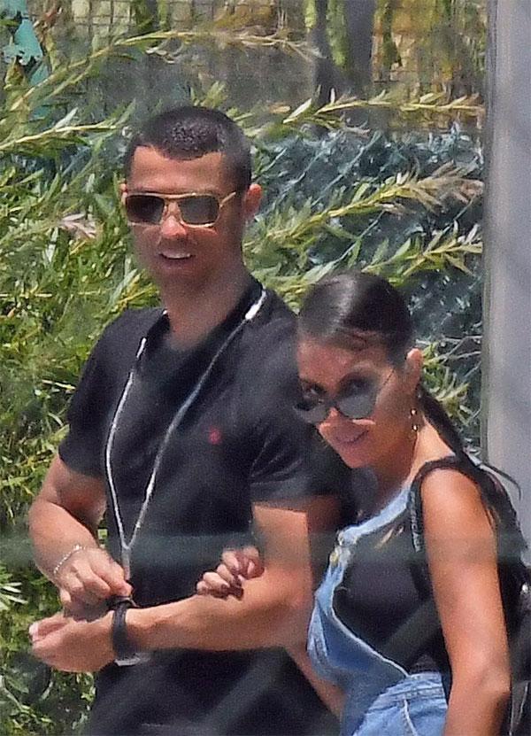 Cặp đôi rất hạnh phúc, nở nụ cười trước ống kính paparazzi. Cả gia đình vừa trải qua những ngày vui ở biển Malaga, Tây Ban Nha, kỳ nghỉ sau trận chung kết Champions League và trước World Cup 2018 của C. Ronaldo.