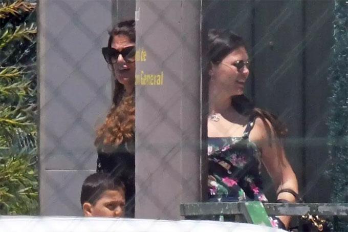 Đại gia đình C. Ronaldo cùng có mặt ở sân bay để trở lại quê hương.