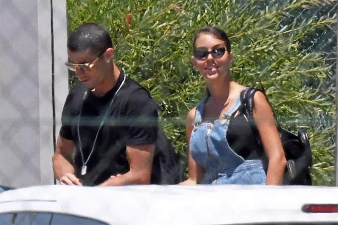 C. Ronaldo tay trong tay với bạn gái về tập trung đội tuyển - 5