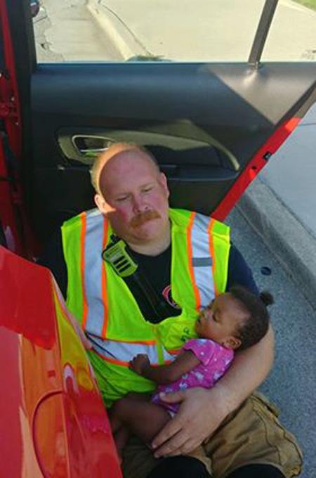 Blazek với vẻ mặt mệt mỏi vẫn bế chặt em bé trong tay để em yên tâm chìm vào giấc ngủ. Ảnh:Chattanooga Fire Department.