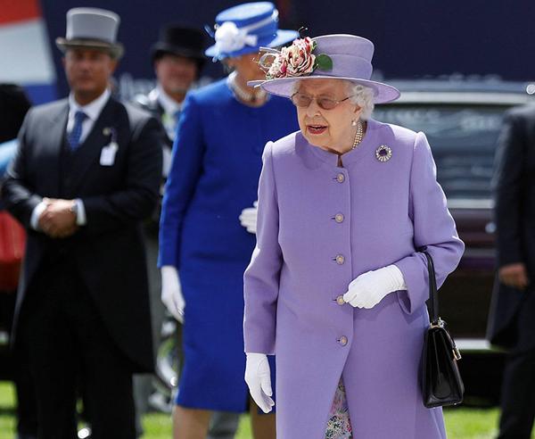 Nữ hoàng Anh mặc váy hoa bên trong khoác áo choàng bên ngoài và đội mũ, đeo túi xách cùng găng tay trong sự kiện hôm chủ nhật vừa qua. Ảnh: Reuters.