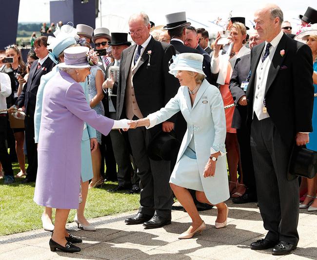 Nghi thức bắt tay giữa Nữ hoàng và giới quý tộc Anh. Ảnh: Reuters.