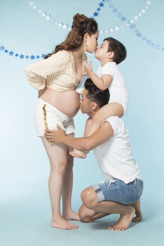 Là một người chồng tâm lý, Phan Hiển luôn ở bên chăm sóc và hỗ trợ vợ suốt thời gian mang thai. Anh trông nom Kubi - con trai đầu lòng, để cậu nhóc không leo lên người mẹ hoặc có những hành động làm ảnh hưởng đến bụng bầu.