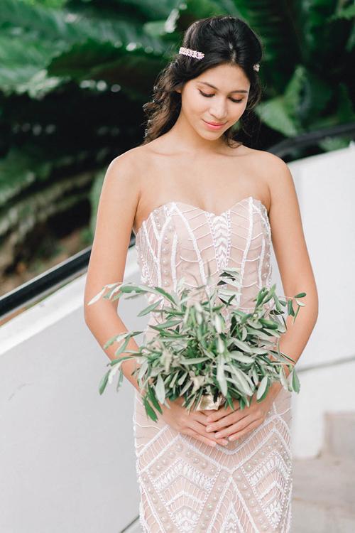 Hoa cầu tay của phù dâu là những cành lá có độ rủ mềm mại.