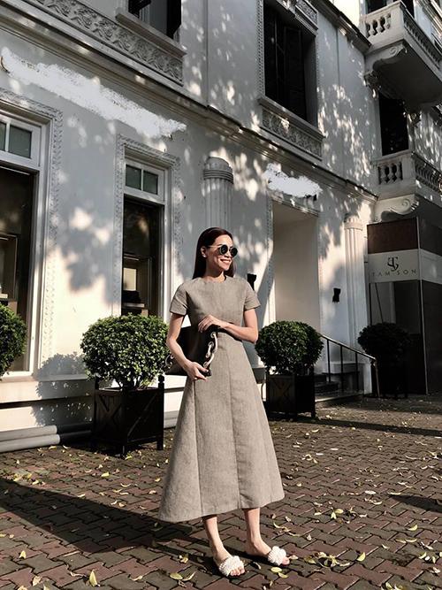 Hồ Ngọc Hà diện đầm của nhà thiết kế Đặng Hải Yến, dạo bước dưới nắng hè ở Hà Nội.