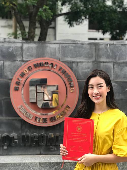 Dù bận rộn công việc nhưng hoa hậu Mỹ Linh vẫn hoàn thành khoá luận tốt nghiệp. Cô bồi hồi: Cầm khoá luận trên tay nước mắt rơi.
