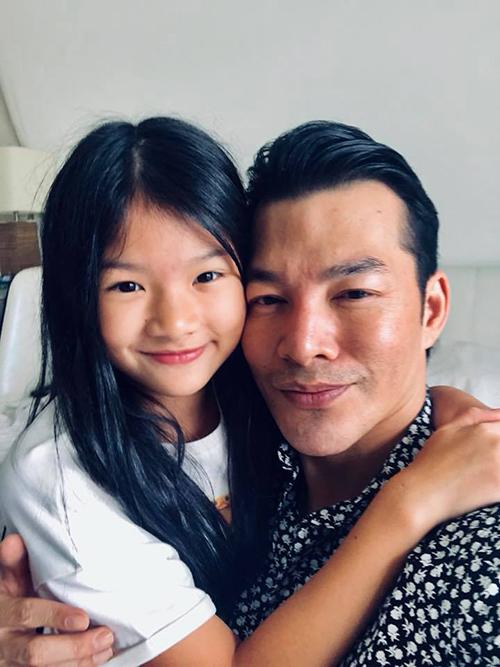 Trần Bảo Sơn và con gái quấn quýt bên nhau. Đạo diễn thường đưa con đi chơi khi có thời gian rảnh.
