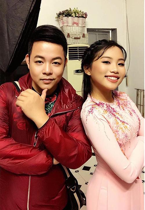 Quang Lê chụp cạnh con gái nuôi Phương Mỹ Chi. Cô bé được nhận xét càng ngày càng ra dáng thiếu nữ.
