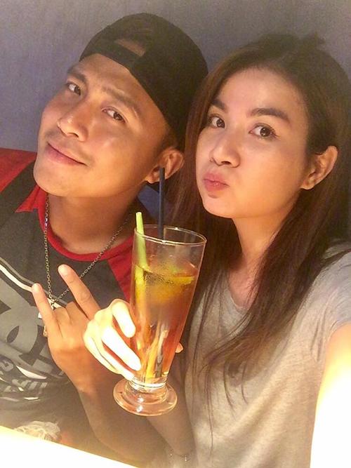 Kha Ly - Thanh Duy hâm nóng tình cảm bằng bữa tối ăn ở ngoài. Nữ diễn viên viết: Hôm nay được nghỉ ngơi, ảnh dắt mình đi ăn đồ Lào, hí hí cũng hơi lãng mạn.