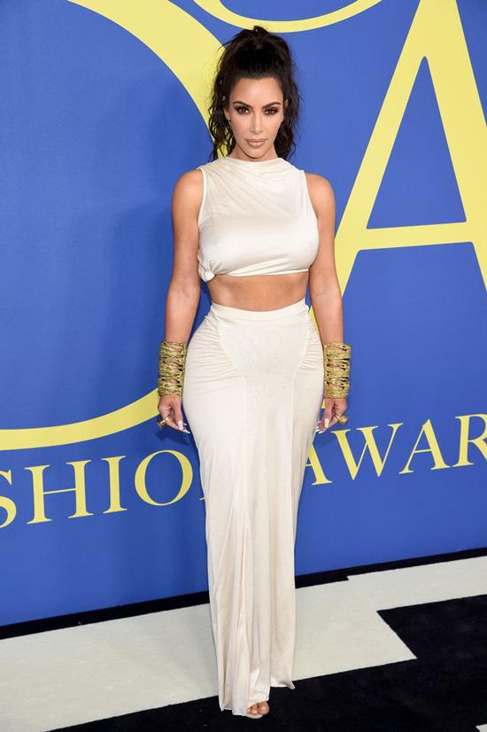 Kim Kardashian nổi bật giữa dàn sao trong lễ trao giải diễn ra vào tối 4/5 tại bảo tàng Brooklyn ở New York. Cô diện bộ đầm maxi kết hợp với crop-top khoe eo săn chắc và tôn lên đường cong cơ thể.