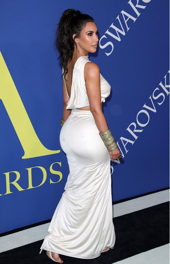 Chất liệu vải mềm mại giúp bà xã Kanye West khoe được vòng ba bốc lửa.