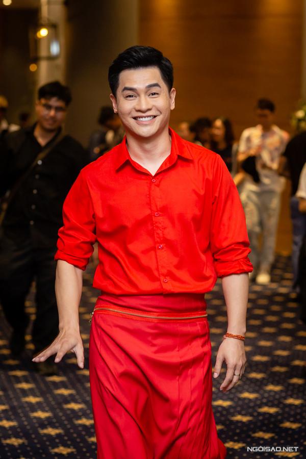 Host Nam Trung cũng không kém phần nổi bật với sơ mi và váy đỏ.