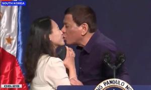 Tổng thống Philippines bị chỉ trích vì hôn môi phụ nữ có chồng