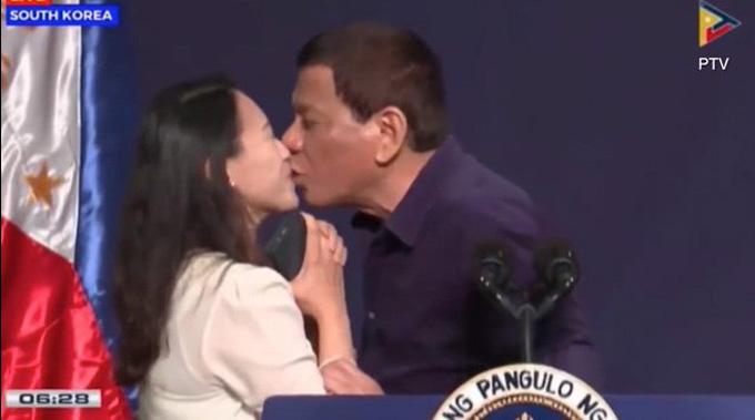 Nụ hôn môi gây chú ý của tổng thống Philippines. Ảnh: PTV.