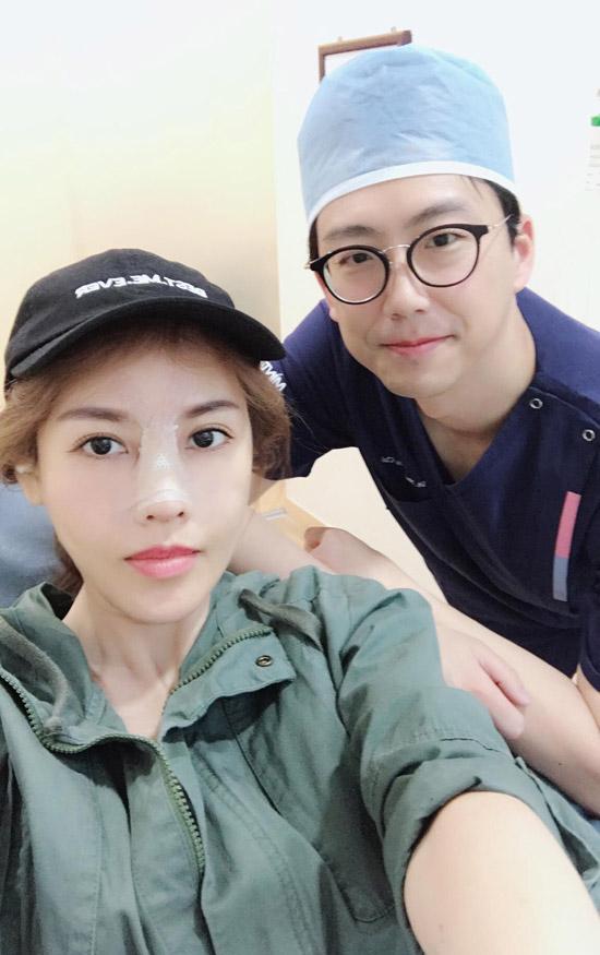 Cô khoe ảnh bên vị bác sĩ Hàn Quốctrực tiếp làm thẩm mỹ cho mình.