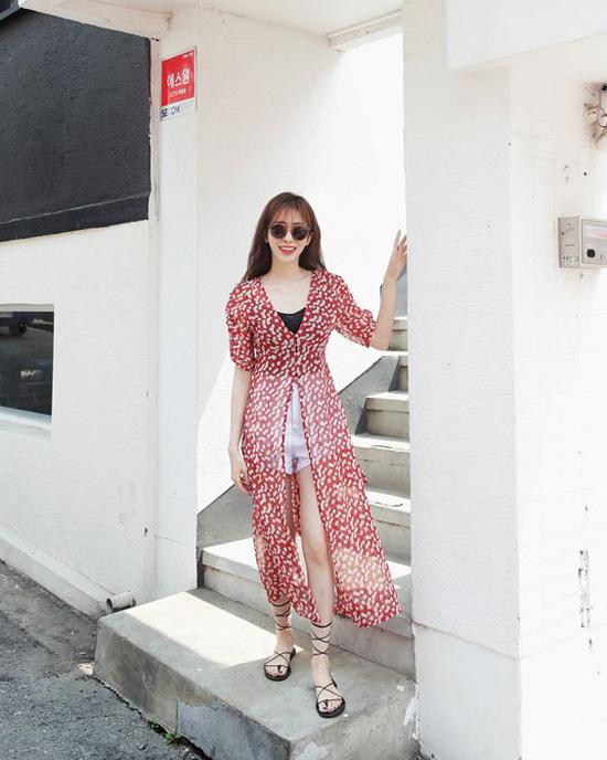 Sandal dây quấn đề cao sự thoải mái và phóng khoáng, vì thế nó phù hợp với phong cách street style hơn là mix cùng váy áo công sở.