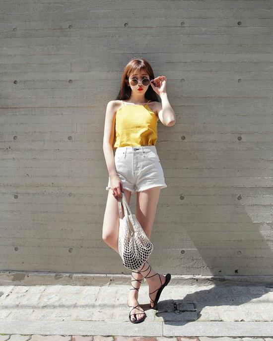 Với sandal, bạn gái dễ dàng phối đồ nhẹ nhàng để giúp mình tạo được phong cách thoải mái, tự do khi xuống phố.