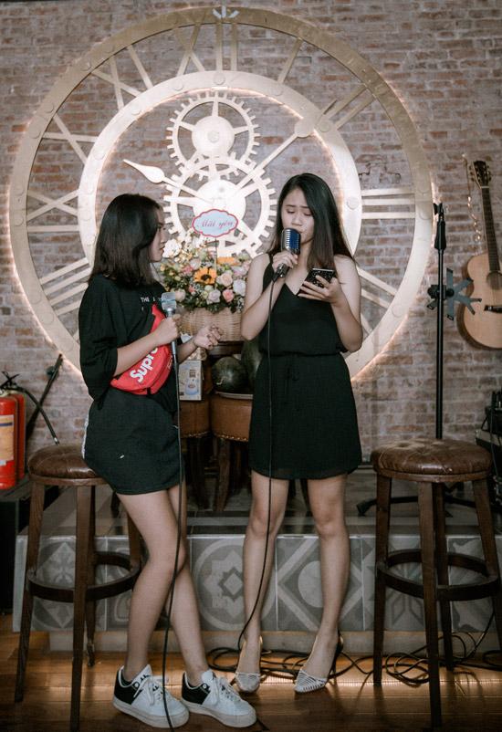 Trong tiệc sinh nhật tuổi 40 của bố, cả hai còn khoe giọng hát khi cùng song ca Em gái mưa, hit của Hương Tràm.