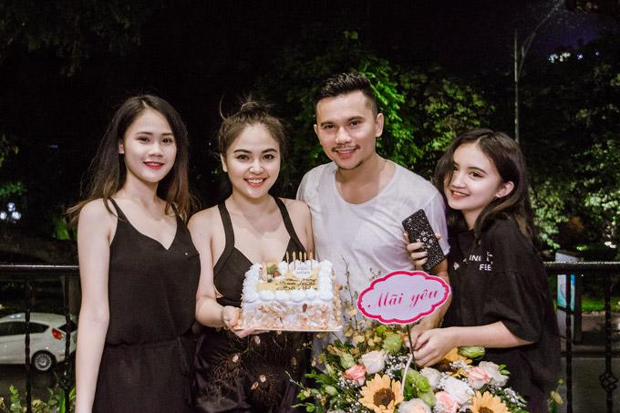 Bà xã Lam Trang và hai con gái lớn cũng có mặt để chúc mừng nhạc sĩ bước sang tuổi 40. Linh Nhi (19 tuổi) và Ngân Hà (14 tuổi) đều rất yêu quý người vợ thứ ba của bố, thậm chí coi Lam Trang như người bạn tâm giaotrong cuộc sống hàng ngày.