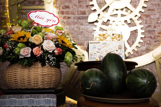 Những trái dưa hấu là món quà đặc biệt mà gia đình, bạn bè tặng cho Tú Dưa.