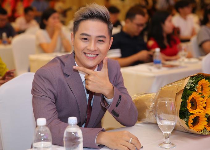 Quán quân Gương mặt thân quen 2015 Thanh Duy mặc lịch lãm dự lễ công bố mùa giải mới.