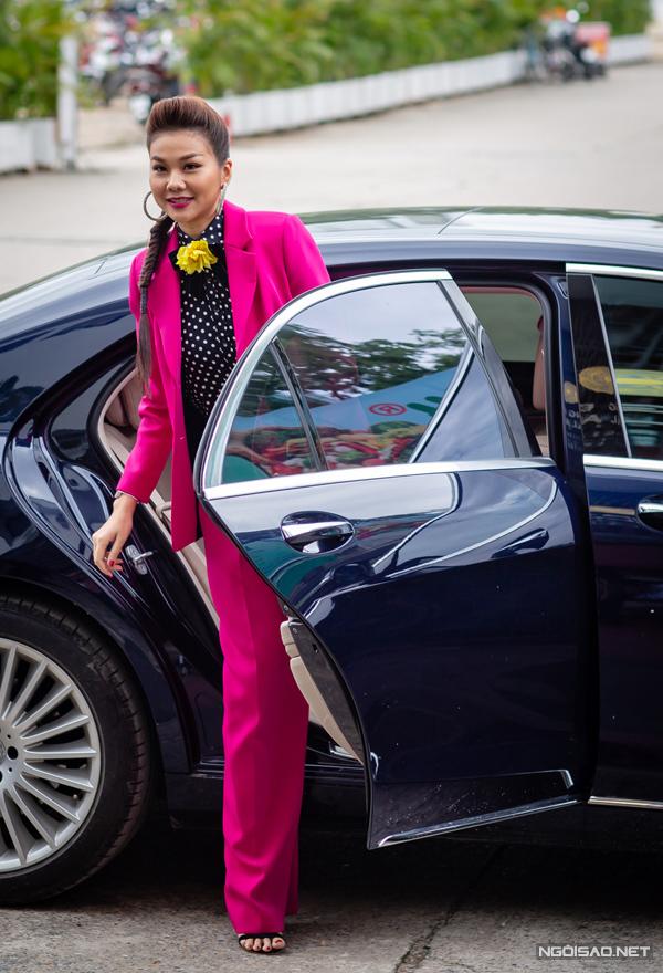 Huấn luyện viên Thanh Hằng cũng gây chú ý ngay khi bước xuống xe nhờ trang phục màu hồng fuchsia nổi bật.