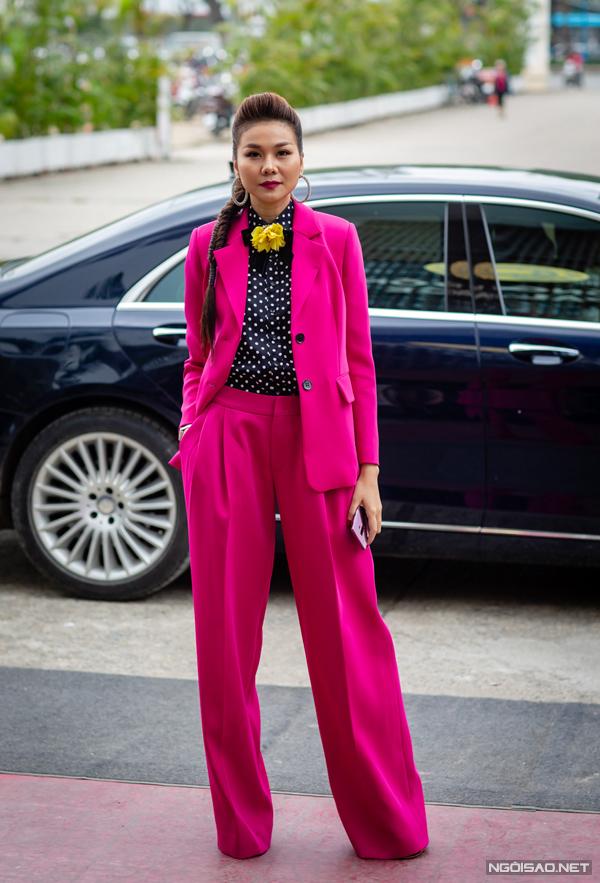 Bộ suit mang âm hưởng menswear đem lại cho siêu mẫu nét cá tính, thanh lịch.