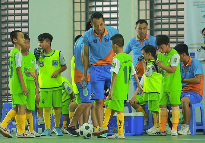 Như Thành dẫn dắt học trò tham dự vòng loại giải Nhi đồng toàn quốc 2018.
