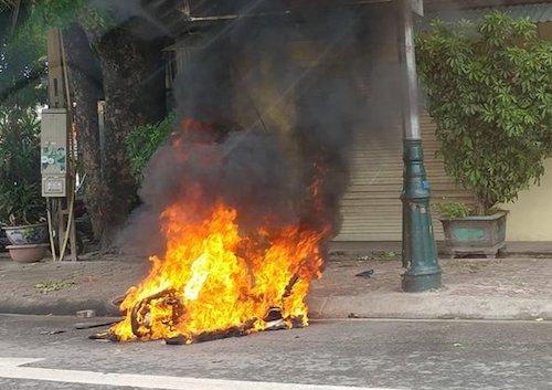 Chiếc xe máy của Long bị đốt. Ảnh: Người dân cung cấp.