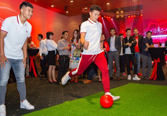 Cầu thủ Hà Đức Chinh cũng dự sự kiện này. Anh và Bùi Tiến Dũng trổ tài đá bóng trên sân cỏ nhân tạo.