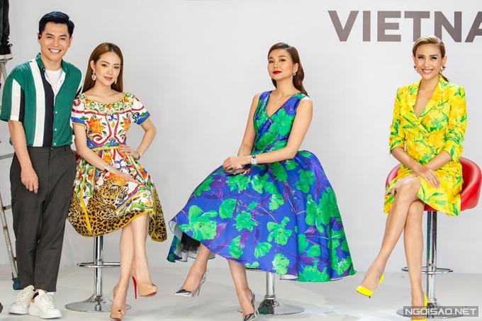 Buổi sơ tuyển thứ hai tại Hà Nội của chương trình The Face diễn ra vào chiều 6/6. Dàn huấn luyện viên nữ và host Nam Trung đều diện trang phục với màu sắc và họa tiết nổi bật.