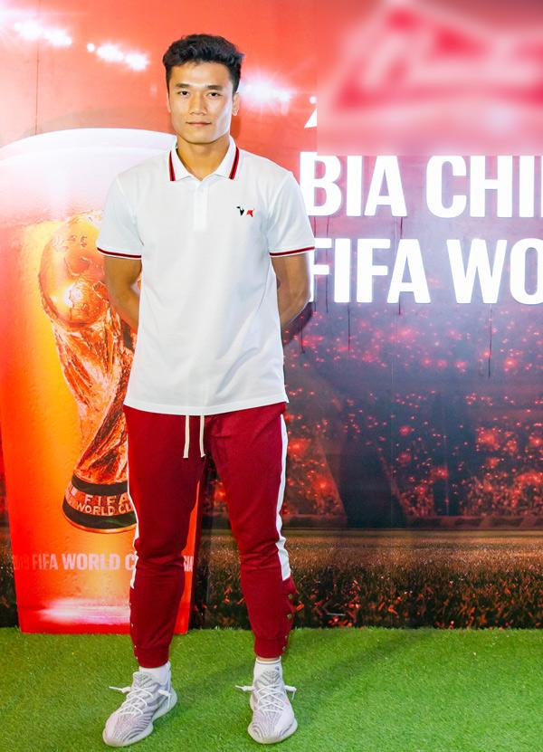 Bùi Tiến Dũng dự lễ công bố Chiến dịch cổ động World Cup 2018 tại TP HCM. Anh cùng cầu thủ Hà Đức Chinh, đàn anh Công Vinhsắp được sang Nga xem trận đấu mở màn World Cup 2018 diễn ra ở sân vận động Luzhikini.