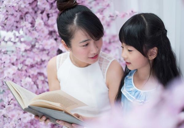 Bé Dâu và Bòn Bon được mẹ truyền đam mê đọc sách từ lúc còn trong bụng.