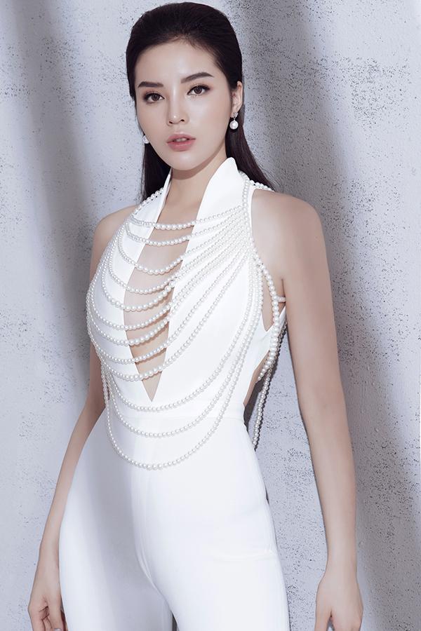 Bộ jumpsuit với chi tiết xẻ sâu nhằm giúp người mặckhoe khéo vòng một. Trang phụccòn tạo cảm giác thu hút ánh nhìn nhờ những chuỗi hạt giả ngọc traiđược đính liền trên thân áo.