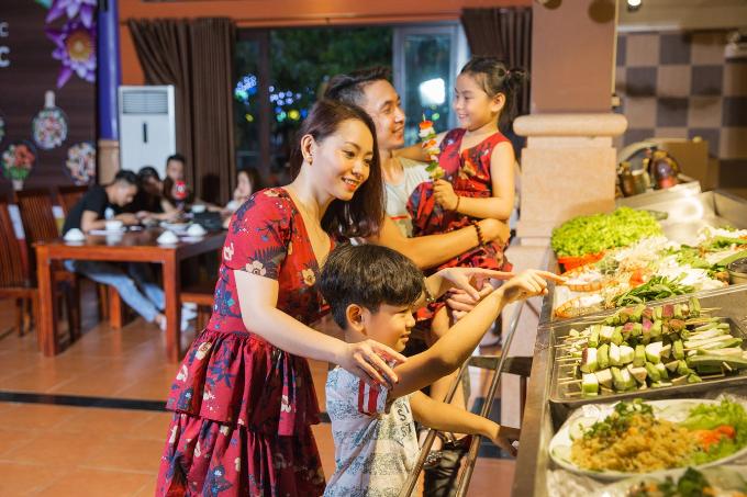 Lễ hội ẩm thực Bốn mùa hương sắc trải dài trên diện tích hơn 2.000 m2, hội tụ hàng trăm món ăn đặc trưng cho các mùa trong năm, trong những khu vực được trang trí bắt mắt, khiến các tín đồ ẩm thực thỏa thích thưởng thức.