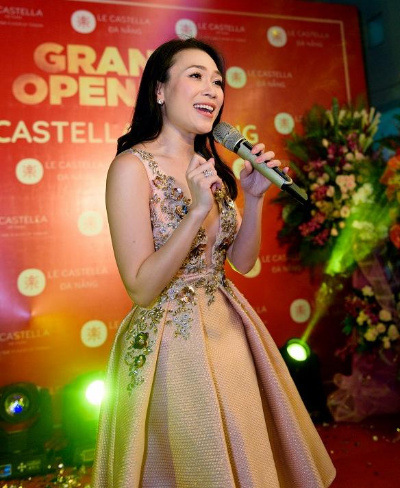 Mỹ Tâm vừa xuất hiện tại buổi khai trương cửa hàng bánh ngọt Le Castella ở Đà Nẵng.