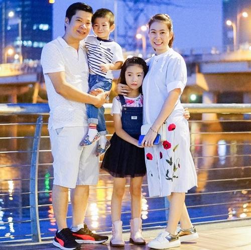 MC Thanh Thảo bên chồng và các con.