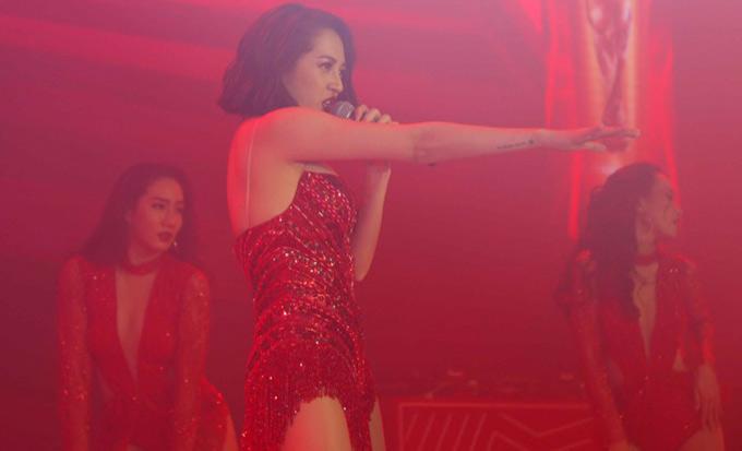 Bảo Anh - bạn gái tin đồn của Bùi Tiến Dũng mặc sexybiểu diễn trong tiệc tối diễn ra sau họp báo.