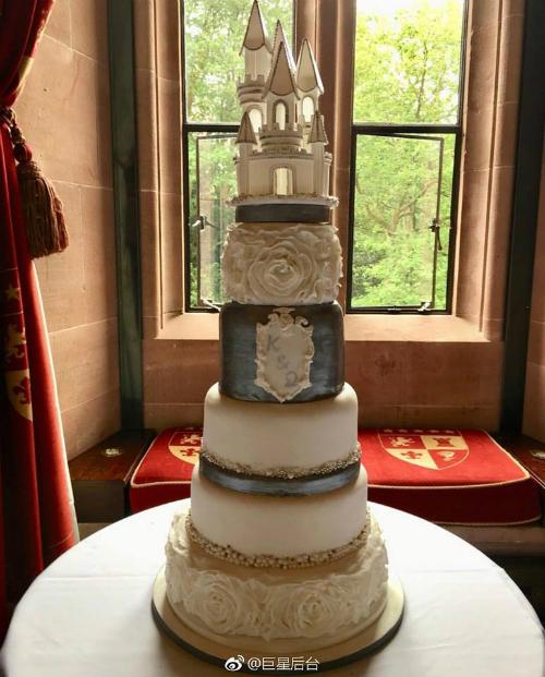 Bánh cưới của cả hai có 6 tầng, phía trên cùng có hình ảnh mô phỏng lâu đài Peckforton. Màu sắc chủ đạo là trắng và xám, ở tầng thứ 4 có ký hiệu K&Q và bánh kem được trang trí hình hoa hồng trắng.