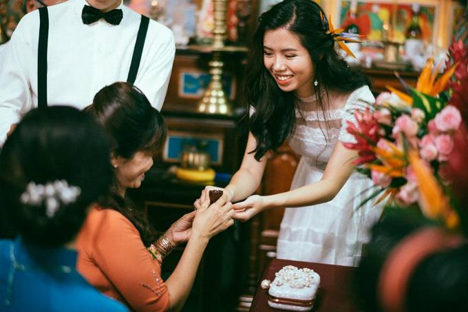 Trước khi cưới, tôi có hù Vy rằng bà con dòng họ, chòm xóm nhà anh đông lắm nha, đám cưới dưới quê mệt xỉu nha. Lúc đó hù cho vui chứai dè đông thật. Nhà tôimời gần 600 khách, chia làm hai ca nên đông vui tấp nập. Mệt thì cónhưng mà vuivì aicũng mừng, ai cũng bắt tay, ôm vai, cụng ly chúc phúc chúng tôi. Vì vậy, dù hai đứa tất bật từ sáng sớm đến chiều mà vẫn vui như hội, cười toe toét, tân lang xúc động trước tình cảm mà bà con hàng xóm dành tặng.