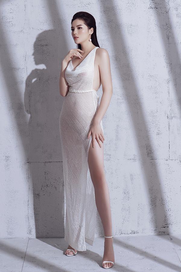 Trong trang phục được cắt xẻ táo bạo, xuyên thấu Kỳ Duyên khoe trọn cơ thể cùng đường cong hết sức sexy mà không phản cảm.