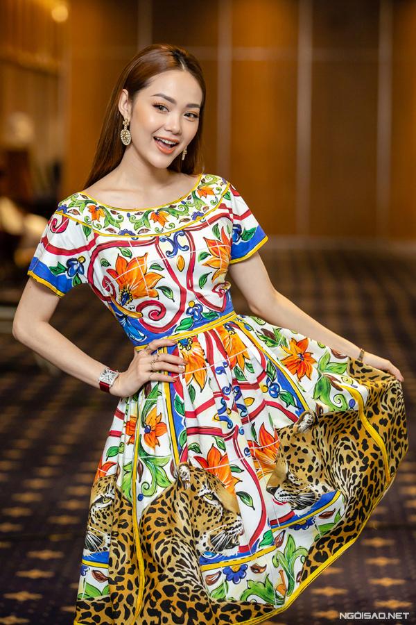 Nữ ca sĩ nhí nhảnh tạo dáng cùng chiếc váy họa tiết.