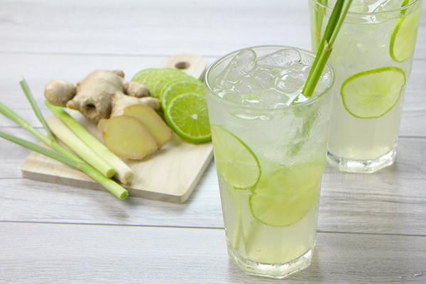 Uống nước chanh gừng sả Nước chanh nấu với gừng và sả là thức uống dịu nhẹ, giúp bổ sung nước cho cơ thể, xua tan mệt mỏi và cải thiện các vấn đề tiêu hóa.