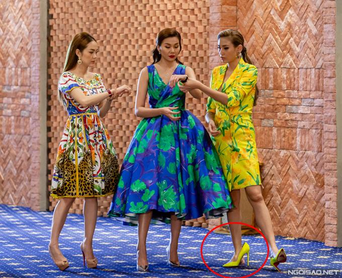 Đi chân trần nhưng Hoàng Yến trông không hề lép vế so với Thanh Hằng đang mang giày cao.