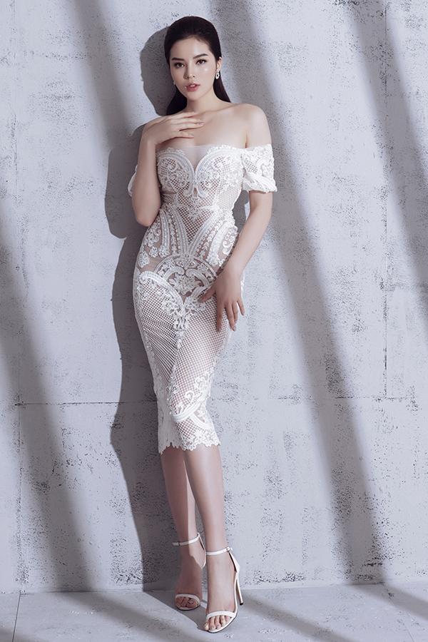 Mẫu váy đi tiệc cho những cô nàng thành thị với nhiềuchi tiết xuyên thấu ở cúp ngực hay thắt nơ ngay eo tạo điểm nhấnthú vị.