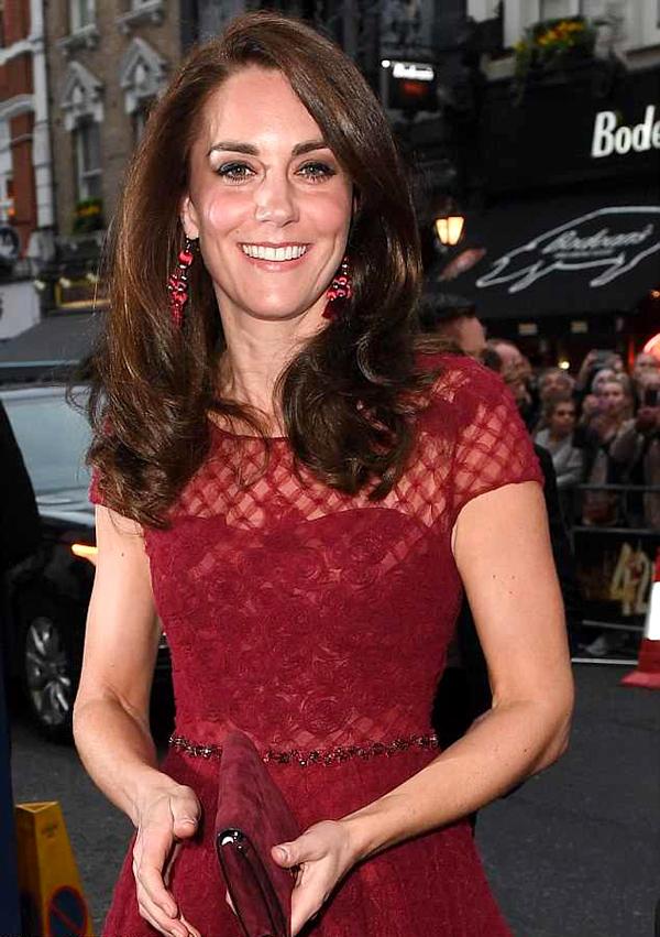 Không chỉ yêu thích váy áo Kate Spade, Công nương xứ Cambridge còn được trông thấy đeo khuyên tai của hãng tại một sự kiện hồi tháng 4/2017.