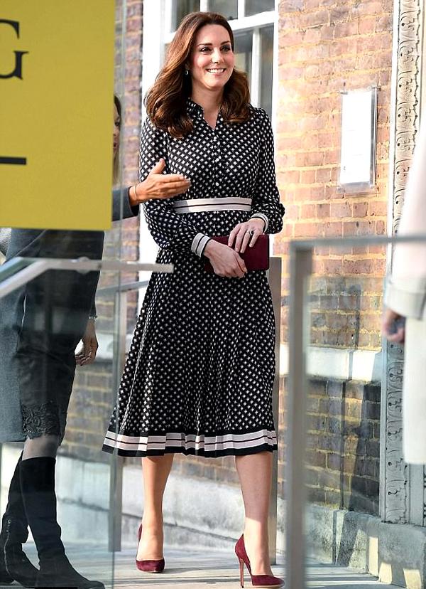 Gần đây nhất, Công nương Kate Middleton chọn váy midi đen trắng của Kate Spade để tham dự một sự kiện tại London vào tháng 11 vừa qua. Khi đó, cô đang mang bầu em bé thứ ba.
