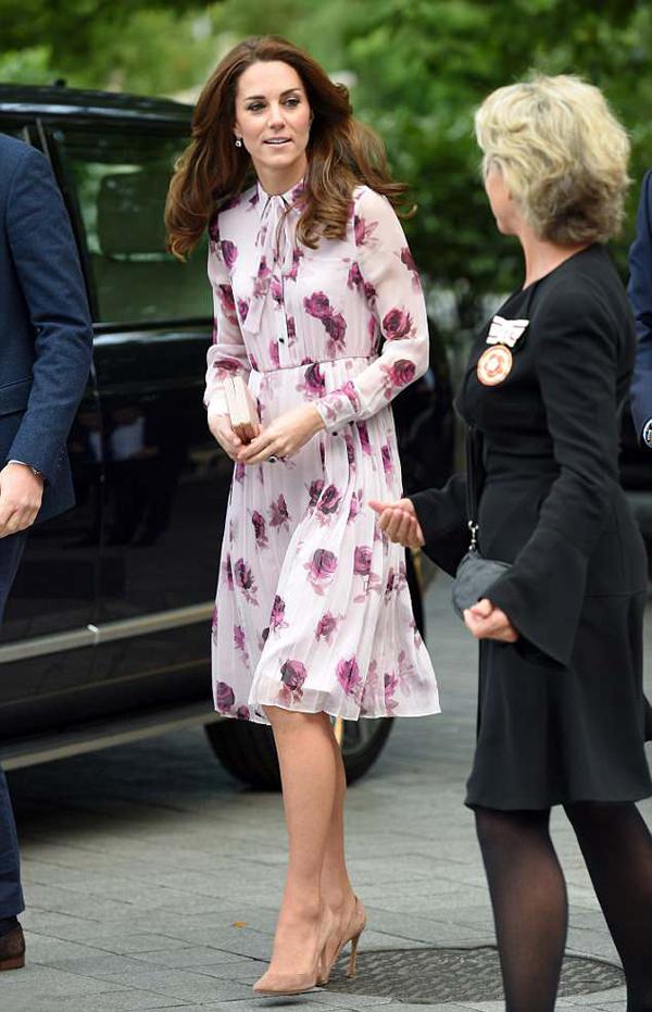 Tháng 10/2016, nàng dâu hoàng gia diện một thiết kế mềm mại in họa tiết hoa khi xuất hiện tại sự kiện tuyên truyền Ngày Sức khỏe tâm thần thế giới.